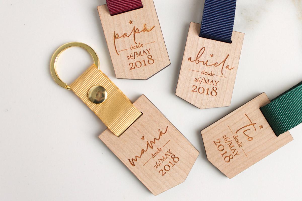 Llaveros-de-madera-personalizados-regalo-boda-00