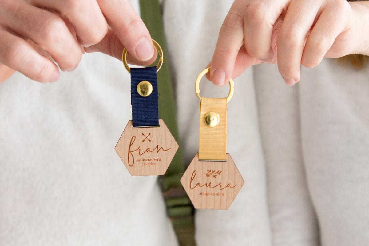 Llaveros-de-madera-personalizados-regalo-boda-04