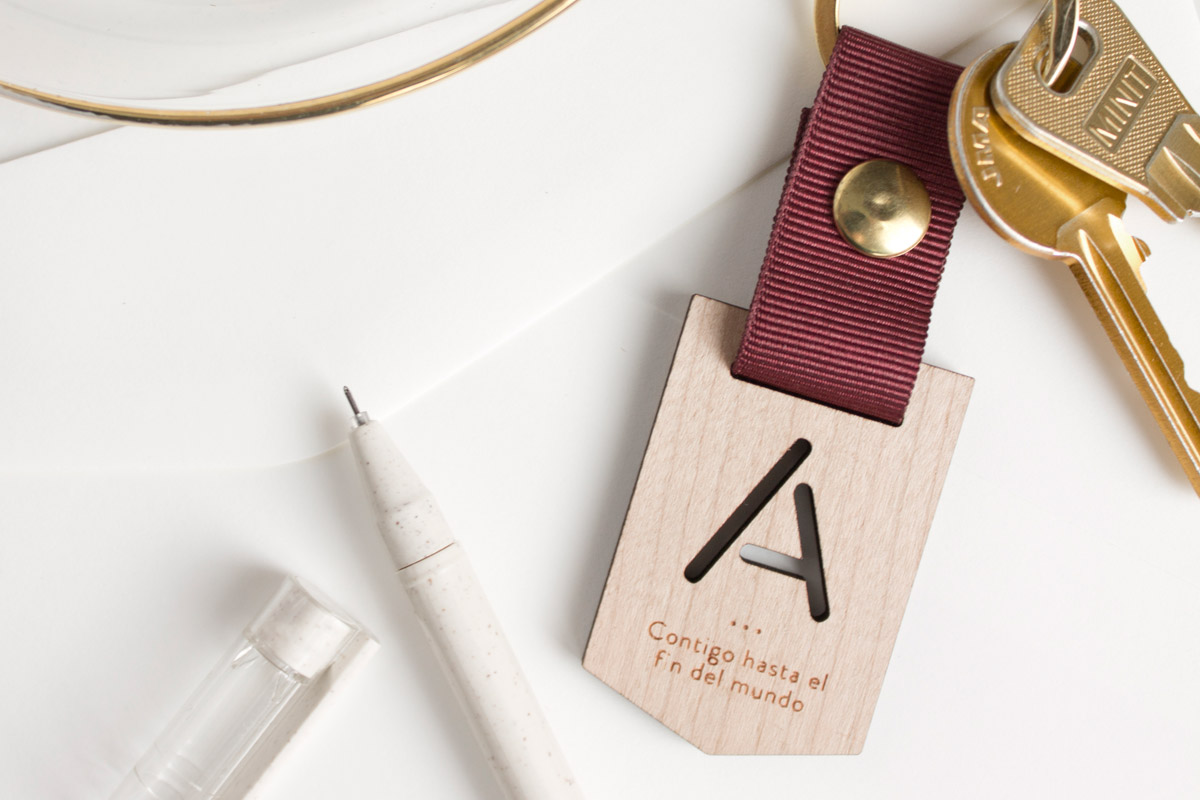 Llaveros-de-madera-personalizados-regalo-boda-05