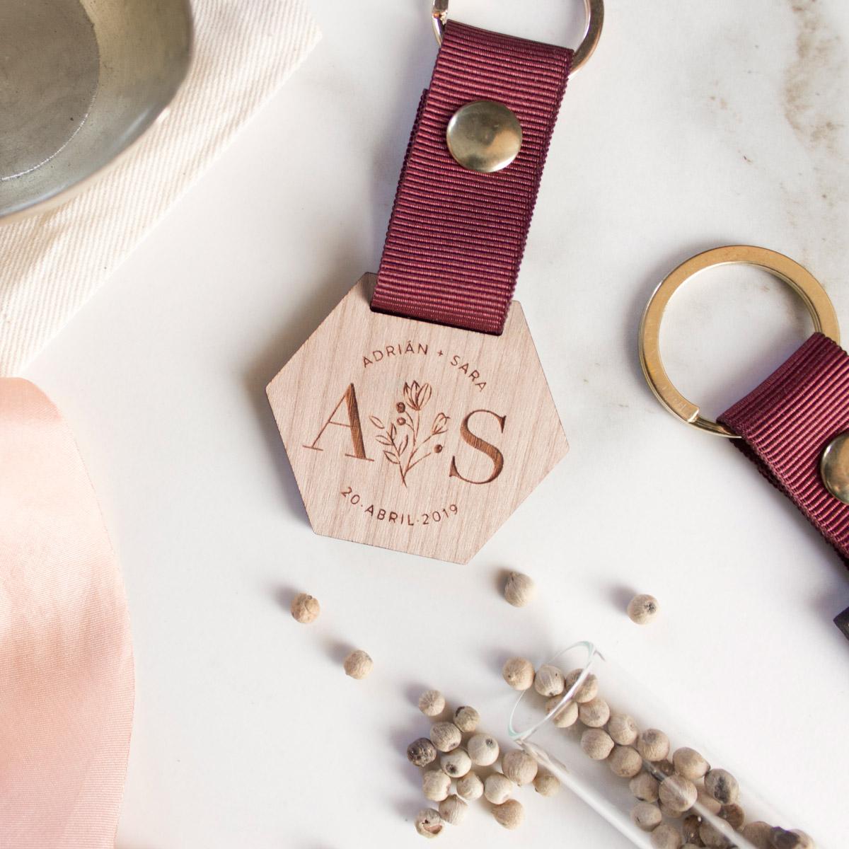 Llaveros-de-madera-personalizados-regalo-boda-08