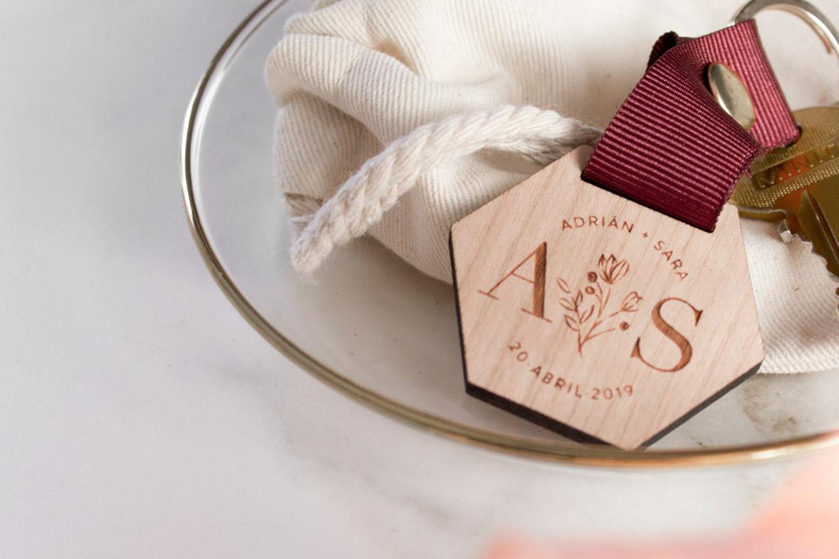 Llaveros-de-madera-personalizados-regalo-boda-09