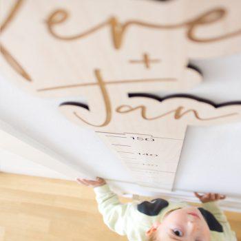 Medidor de madera con nombre del niño