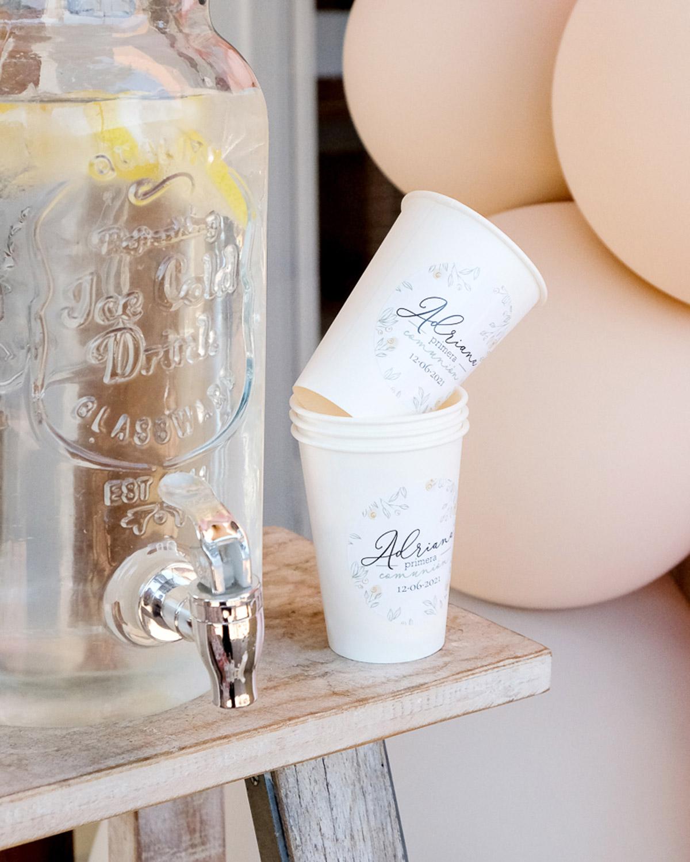 Ideas para decorar fiesta de primera comunión. Vasos de cartón para fiesta decorados con adhesivos